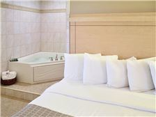 LivINN Hotel Minneapolis South/Burnsville Room - Romantic Whirlpool Suite